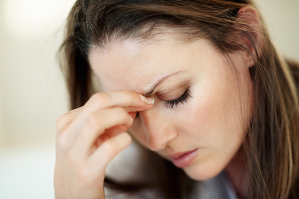 woman-managing-migraine